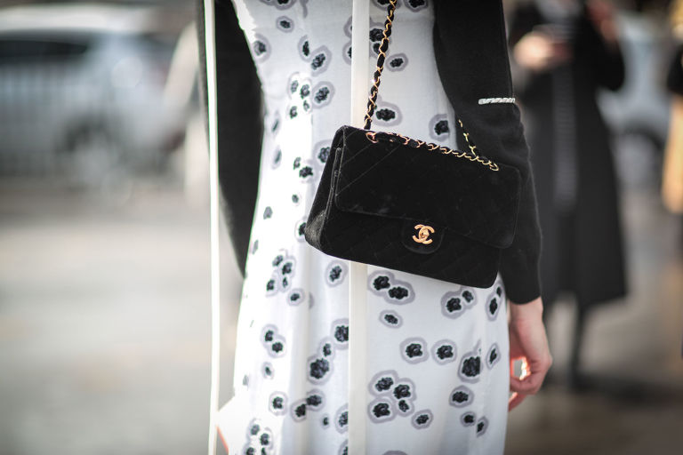 gallery-1466072786-chanel-classic-flap-bag-horizontal
