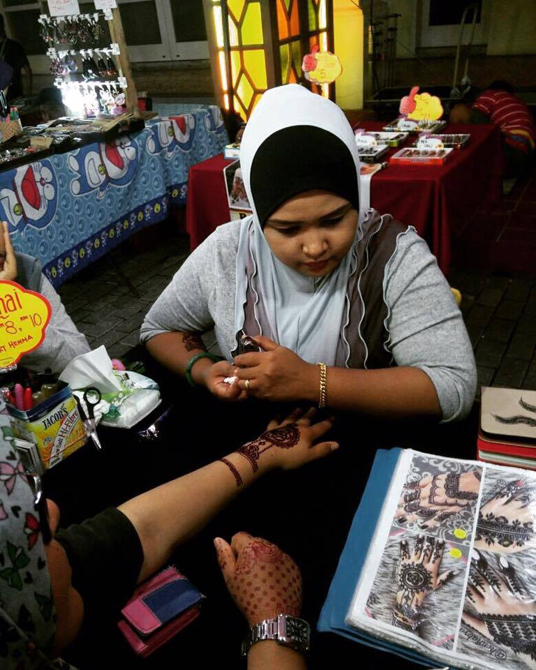 porto historia night market: henna tattoo stall